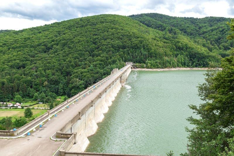 De dam op Meer Poiana Uzului, Bacau, Roemenië royalty-vrije stock fotografie