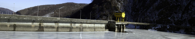 De Dam van de Barrière van het water door Bevroren Meer royalty-vrije stock afbeelding