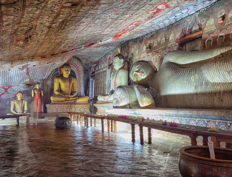In de Dambulla-holtempel De mooie standbeelden van Boedha royalty-vrije stock afbeeldingen