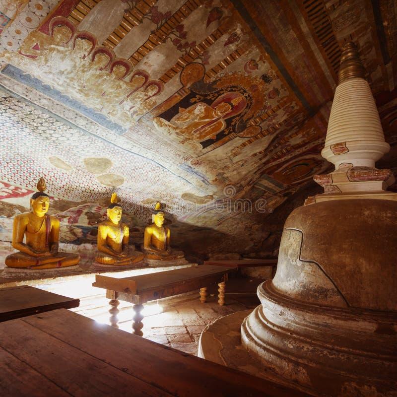 In de Dambulla-holtempel Gele standbeelden van Boedha royalty-vrije stock afbeeldingen