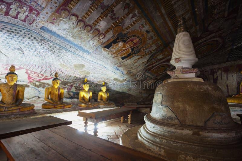 In de Dambulla-holtempel Gele standbeelden van Boedha royalty-vrije stock afbeelding
