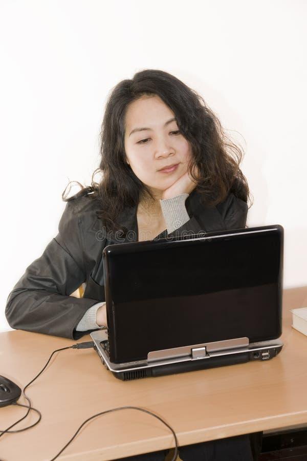 De dame die van het bureau het computerscherm bekijkt royalty-vrije stock foto