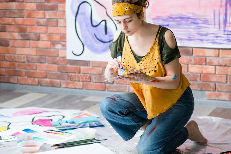 De dame die van de hobbyrecreatie abstracte kunstwerken schilderen royalty-vrije stock afbeeldingen