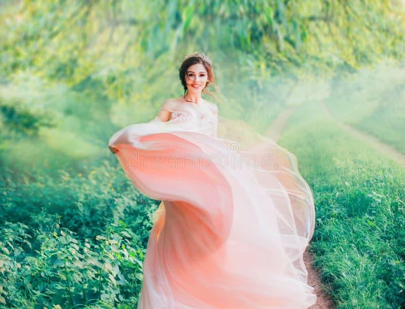 De dame en de vriendelijke Aziatische schoonheid in ochtend springen bos, vrolijk blij meisje op stock afbeeldingen