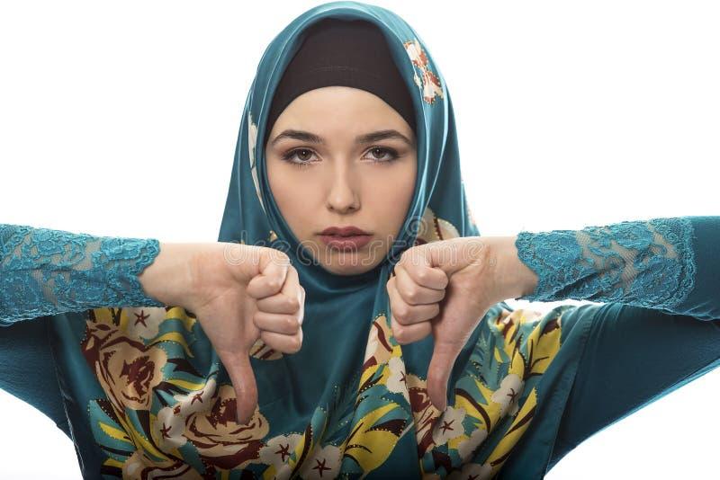 De dame in Hijab beduimelt neer royalty-vrije stock foto's