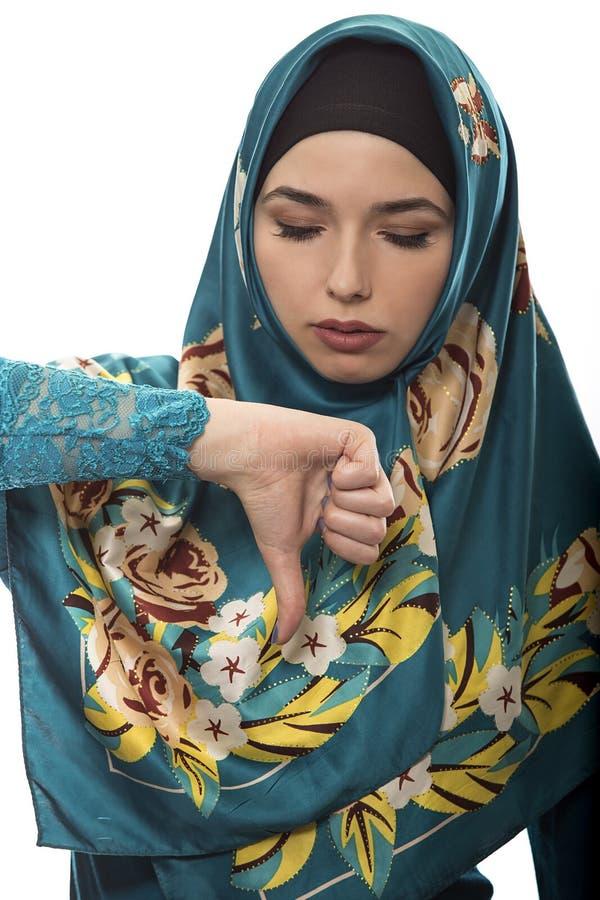 De dame in Hijab beduimelt neer royalty-vrije stock foto