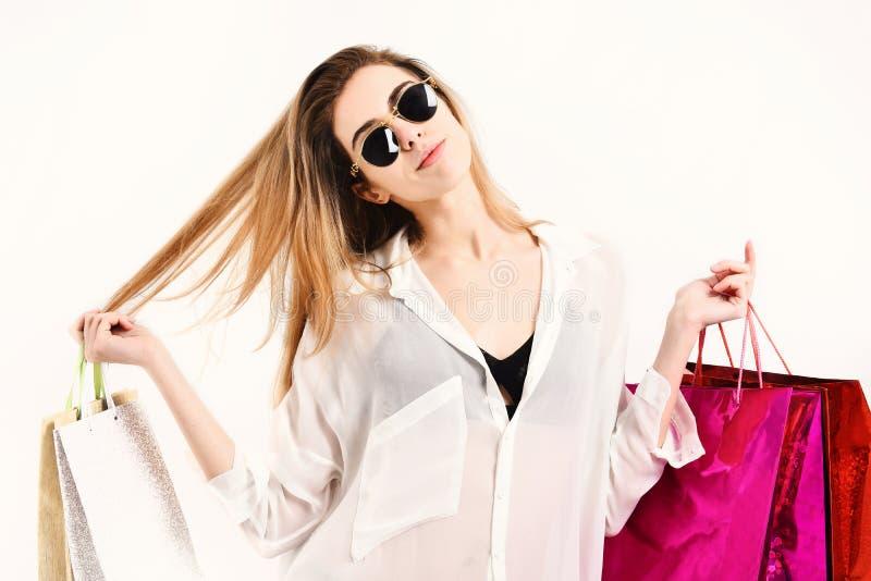 De dame houdt rode en beige het winkelen zakken Voorziet en stelt voor stock afbeelding