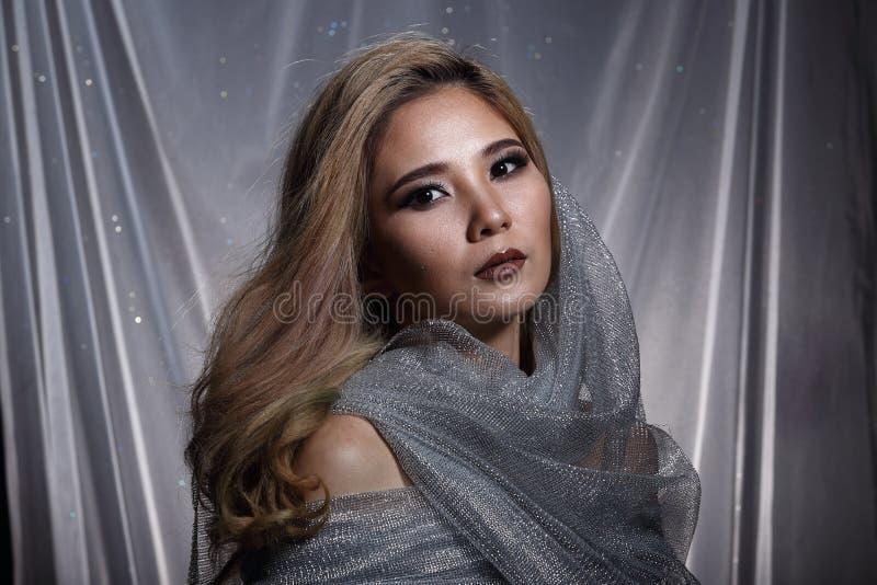 De dame op Sterachtergrond met drapeert grijs zilver schittert stof Ha royalty-vrije stock foto