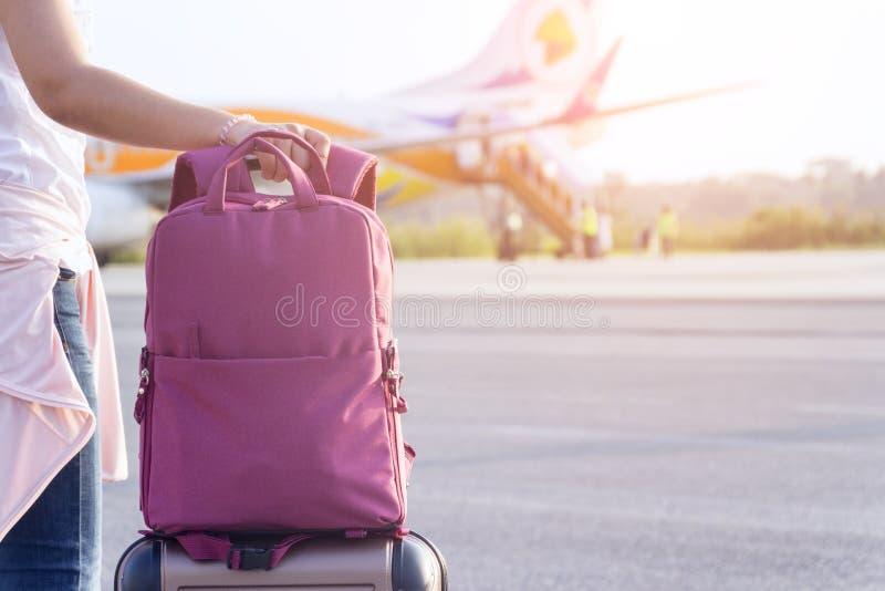 De dame sleept bagage op een vliegtuig gaan rond w reizen stock foto