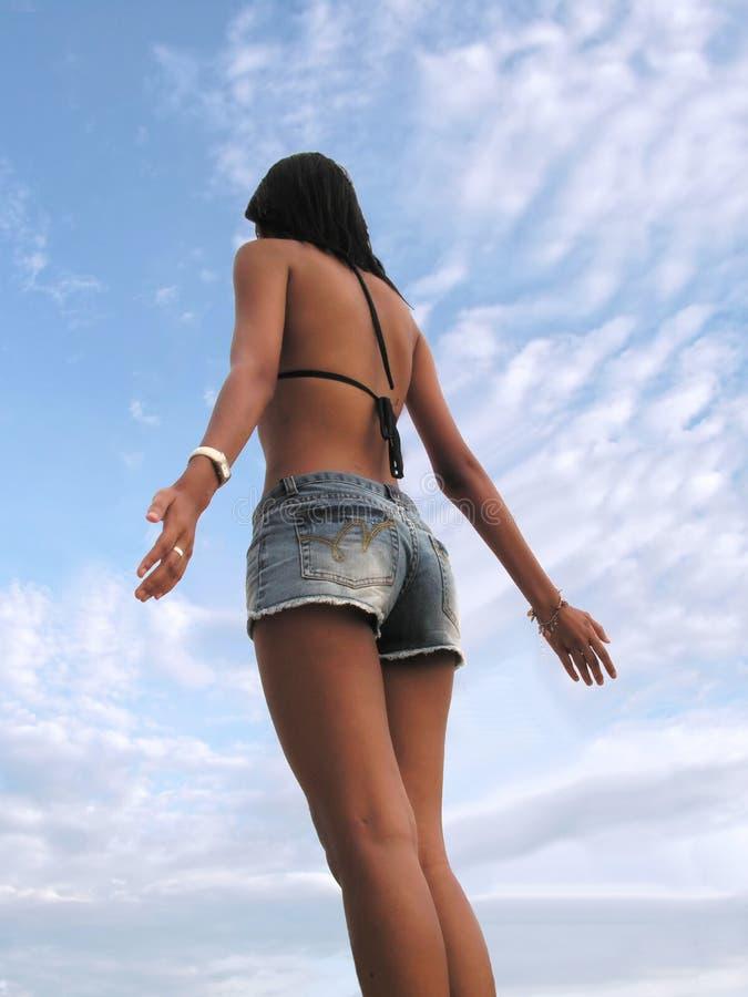 De dame van de bikini verheugt zich aan hemel royalty-vrije stock afbeeldingen
