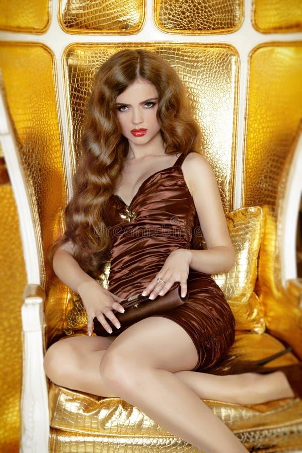 De dame van de manierschoonheid elegnt het stellen op moderlleunstoel, luxe lif stock foto's
