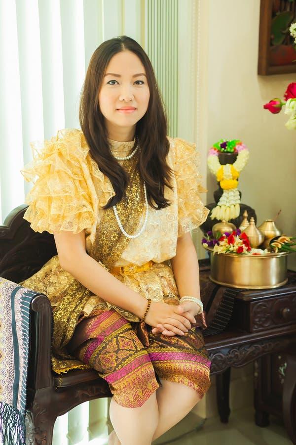 De dames in Thaise traditionele manier uitstekende stijl regeren van Koning Rama V bij Inthamara-Road, Bangkok, Thailand stock afbeeldingen