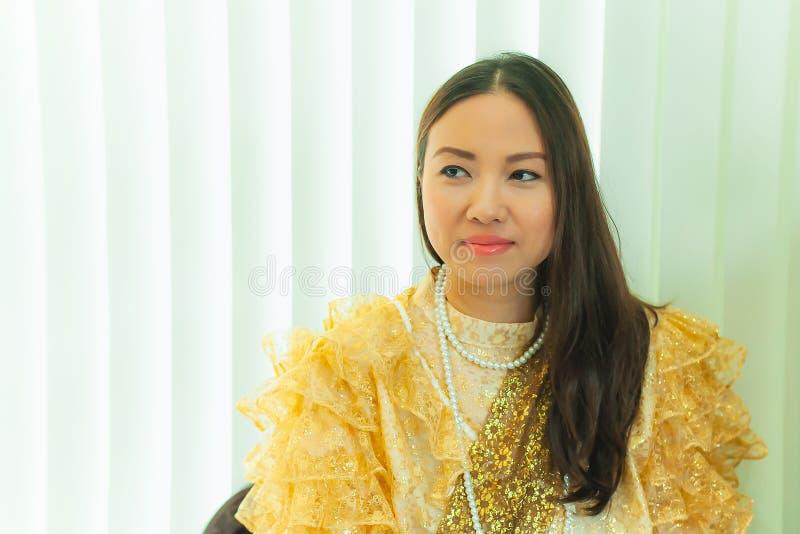 De dames in Thaise traditionele manier uitstekende stijl regeren van Koning Rama V bij Inthamara-Road, Bangkok, Thailand stock foto