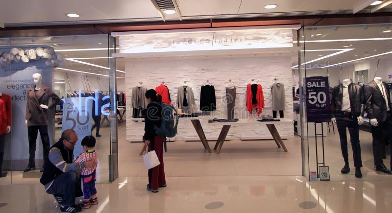 De dames van Giordano winkelen in Hongkong stock afbeeldingen