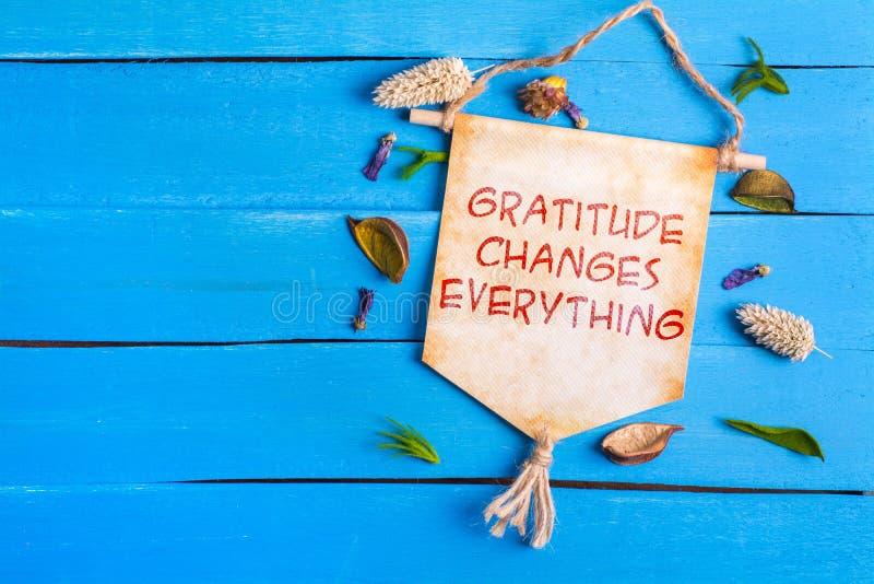 De dankbaarheid verandert alles tekst op Document Rol stock afbeelding