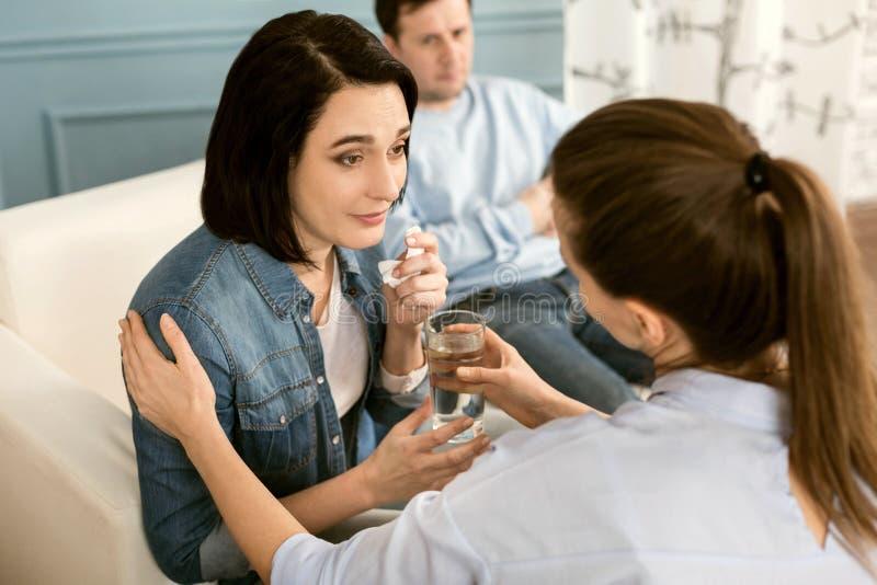 De dankbare vrouw die van Nice een glas water nemen stock foto's