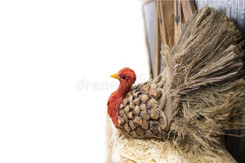 De dankzegging Turkije maakte uit pinecone en jute en stro aan kant van witte achtergrond met ruimte voor exemplaar - selectieve  stock afbeeldingen