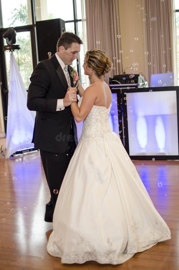 De Dans van de bruid en van de Bruidegom stock afbeelding