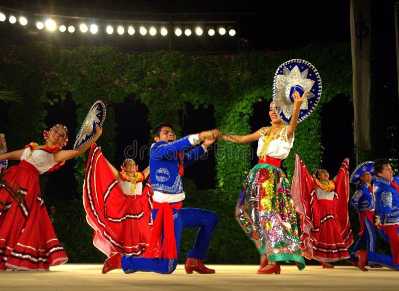 De dans van het folklorefestival stock foto's