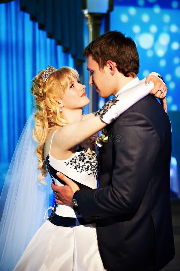 De dans van het huwelijk de bruid en de bruidegom stock fotografie