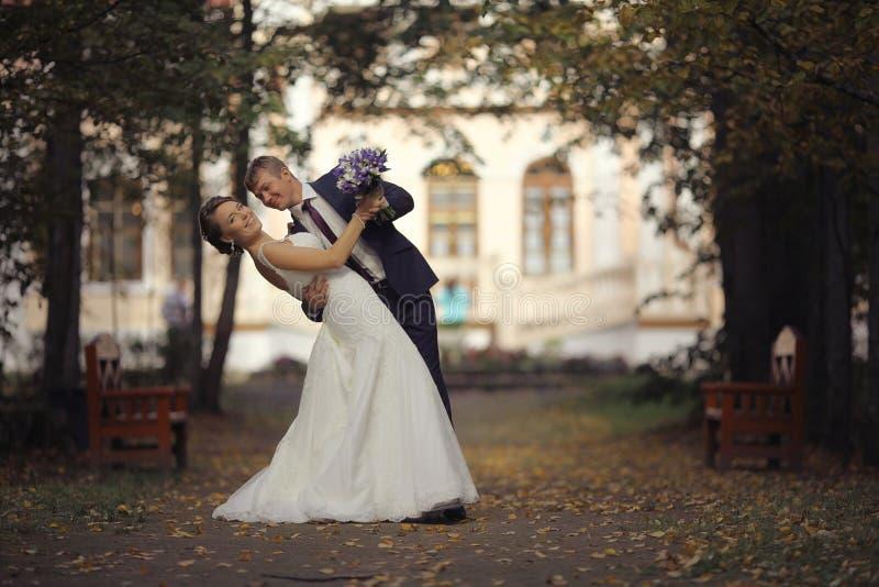 De dans van het huwelijk de bruid en de bruidegom royalty-vrije stock foto