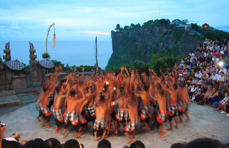 De Dans van Kecak in Uluwatu Bali stock afbeeldingen