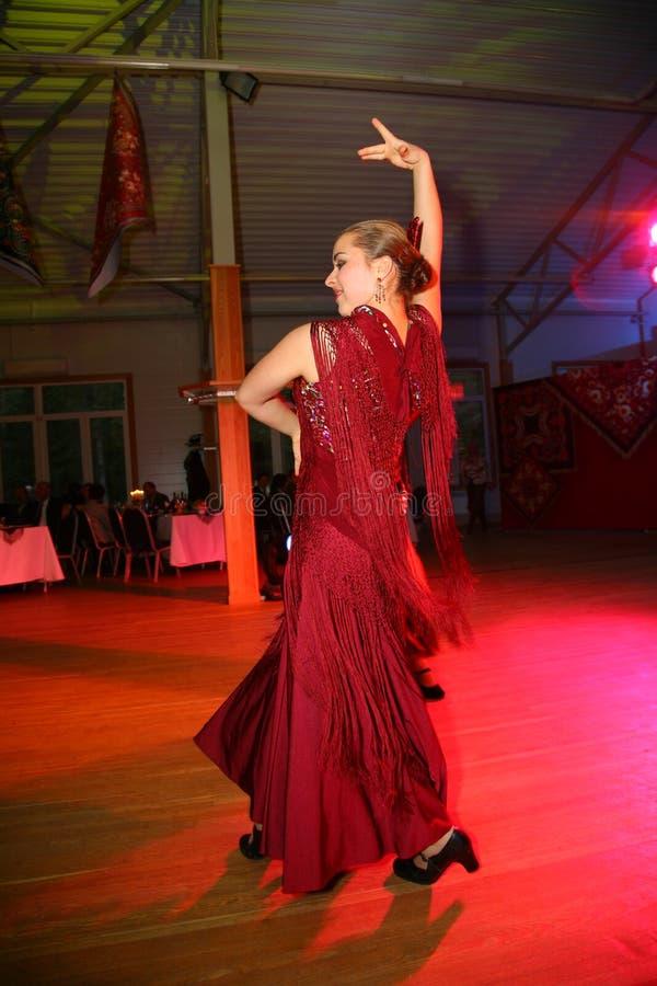 De dansende groep de Spaanse flamencodans stock afbeelding