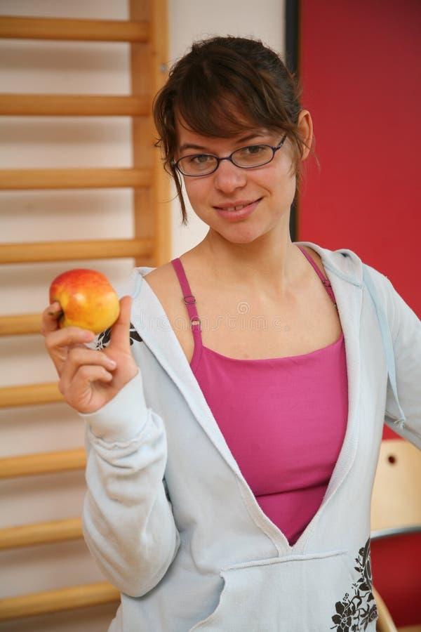 De danser die van de vrouw een appel houdt stock afbeeldingen