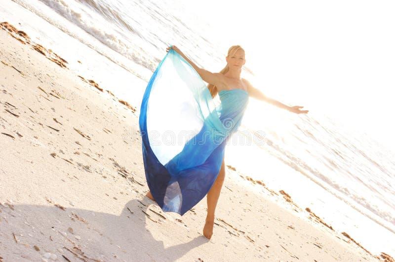 De danser van de blonde op strand royalty-vrije stock foto