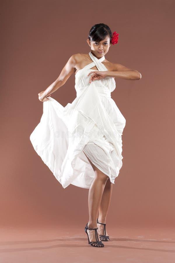 De danser van het flamenco in witte kleding stock foto