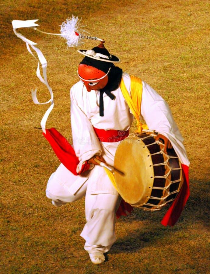 De danser van het masker met trommel royalty-vrije stock fotografie