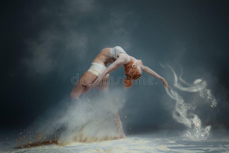 De danser van de roodharigevrouw in stof stock afbeeldingen