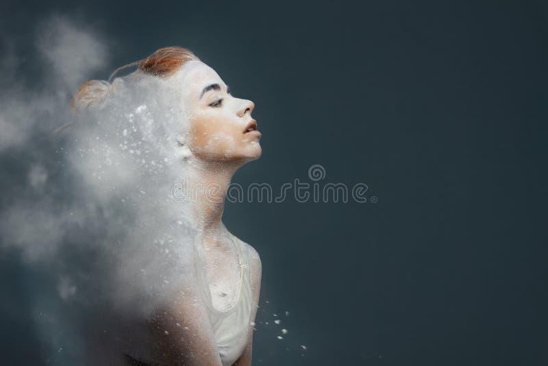De danser van de roodharigevrouw in stof stock foto
