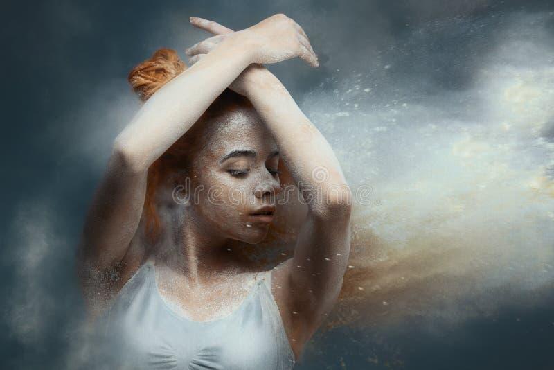 De danser van de roodharigevrouw in stof stock fotografie