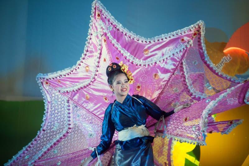 De danser voert traditionele klassieke Thaise Noordelijke `-Pauwdans ` uit stock foto