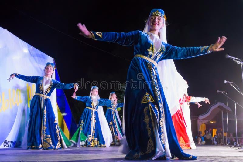 De dansers in Turkse traditionele kleding presteren op stadium royalty-vrije stock foto