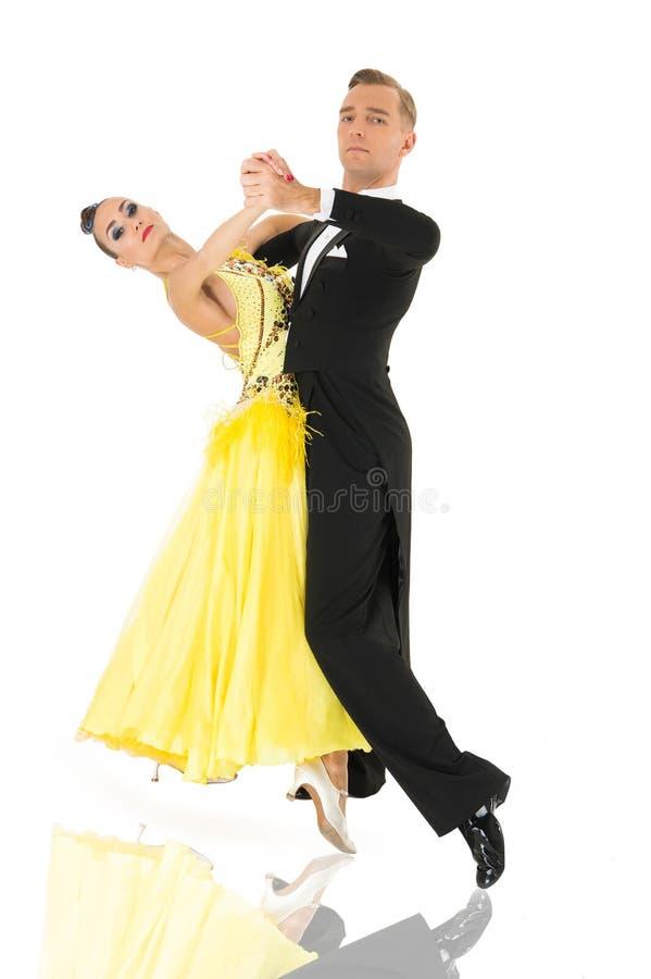 De dansers van de balzaal Het paar van de balzaaldans in een dans stelt geïsoleerd op witte achtergrond balzaal sensuele proffess royalty-vrije stock afbeelding