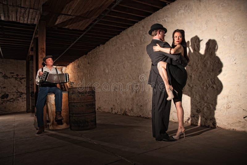 De Dansers van de tango met Speler Bandonion stock foto's
