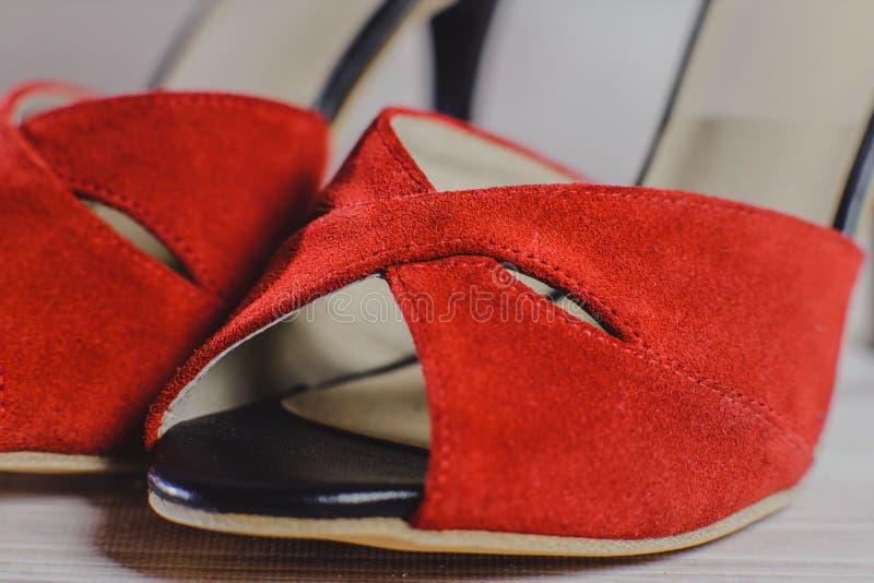 De dansschoenen van met de hand gemaakte die vrouwen van echt leer op de houten oppervlakte worden gemaakt stock foto