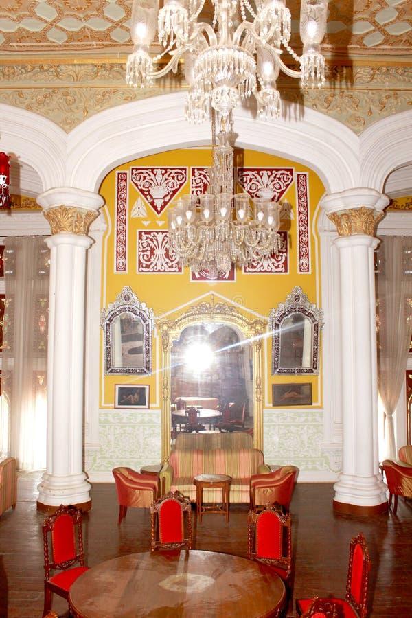 De darbar korridorprydnaderna och möblemanget i slotten av bangalore royaltyfri fotografi
