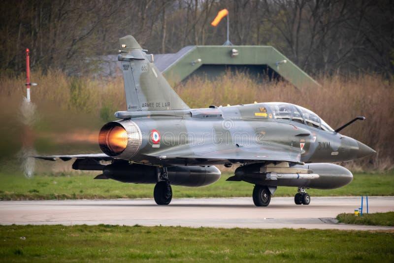 De Dassault da miragem plano 2000 de avião de combate que decola com dispositivo de pós-combustão foto de stock