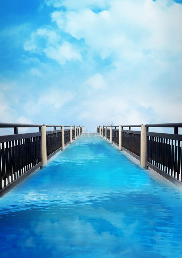 De de aardachtergrond van de brug blauwe hemel, affiche, bedrijfsvlieger te royalty-vrije stock afbeeldingen