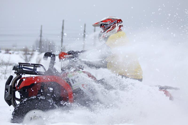 De de bestuurdersritten van de vierlingfiets over sneeuwspoor stock fotografie