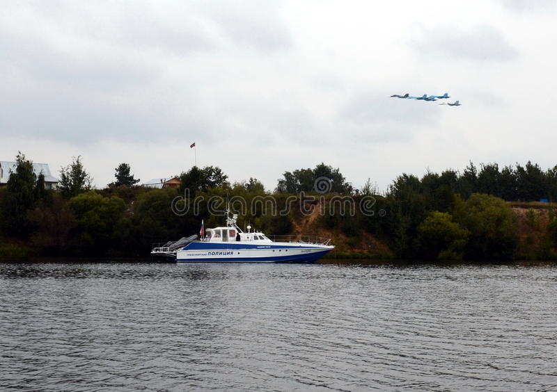 De de bootmongoes van de rivierpolitie op de veiligheid van de lucht toont maks-2013 stock foto