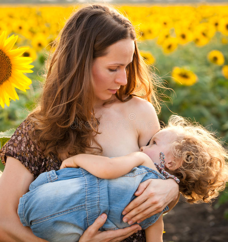 De de borst gevende baby van de vrouw stock fotografie
