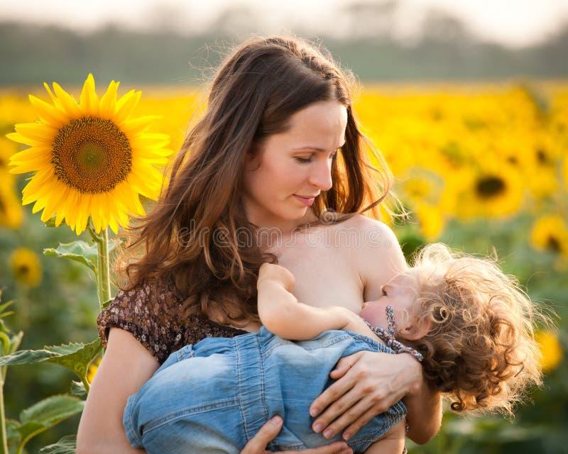 De de borst gevende baby van de vrouw stock afbeelding