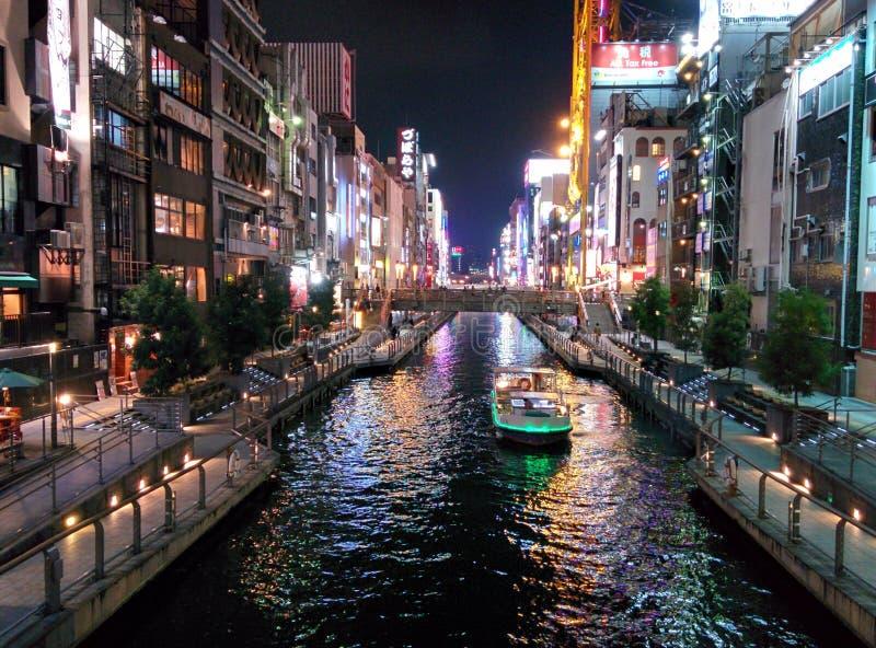 De de bouwlichten denken van het Dotonbori-Kanaal in Osaka, Japan na stock foto's