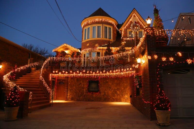 De de decoratielichten van het Kerstmishuis tonen in de buurt in de voorsteden van Brooklyn van Dyker-Hoogten royalty-vrije stock afbeeldingen