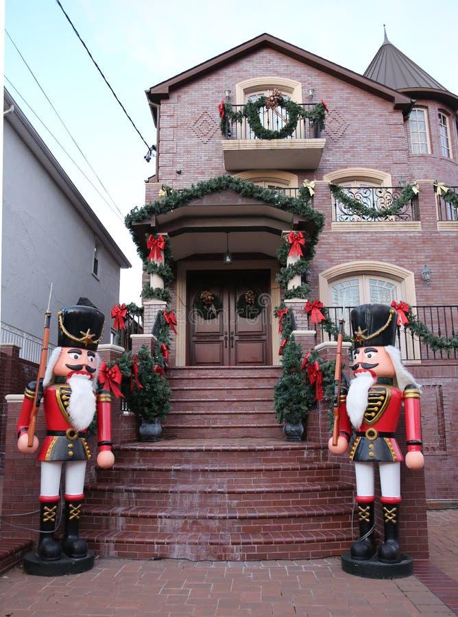 De de decoratielichten van het Kerstmishuis tonen in de buurt in de voorsteden van Brooklyn van Dyker-Hoogten royalty-vrije stock foto's