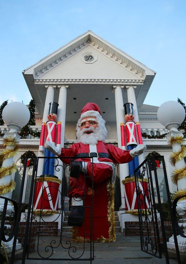 De de decoratielichten van het Kerstmishuis tonen in de buurt in de voorsteden van Brooklyn van Dyker-Hoogten royalty-vrije stock fotografie